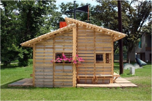shelter houses made easy with wood pallet